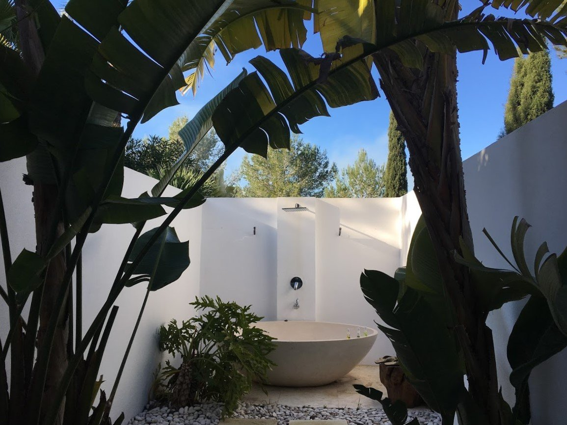 Een prachtige oude finca met een enorme tuin, een oase van rust en weldaad verstopt op het platteland van Ibiza. Vooral tijdens het laagseizoen is dit een betaalbare luxe retreat, de moeite waard om wat meer geld aan uit te geven. Yoga en spa zijn zeer goed bij deze Hideaway. Hier ervaar je puur eiland geluk!